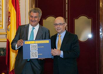 Montoro hace la entrega simbólica de los Presupuestos al Presidente del Congreso, Javier Posada - INEAF